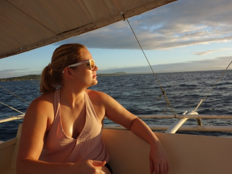 veneilyä auringonnousussa