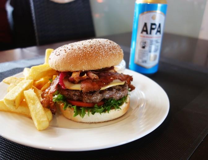 Ravintola Links tarjoilee savuisen burgerinsa merellisessä tunnelmassa