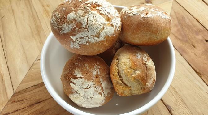 Juureen leivotut vehnäsämpylät